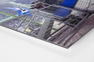 Gestänge vor der Tribüne als auf Alu-Dibond kaschierter Fotoabzug (Detail)