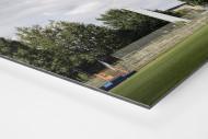 Flutlichtmast und Wohnblock Stahl Brandenburg als auf Alu-Dibond kaschierter Fotoabzug (Detail)