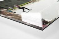 Kicken im Knast als Direktdruck auf Alu-Dibond hinter Acrylglas (Detail)