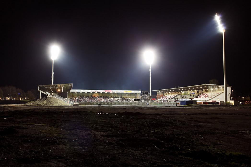 Das Georg-Melches-Stadion bei Flutlicht - 11FREUNDE BILDERWELT