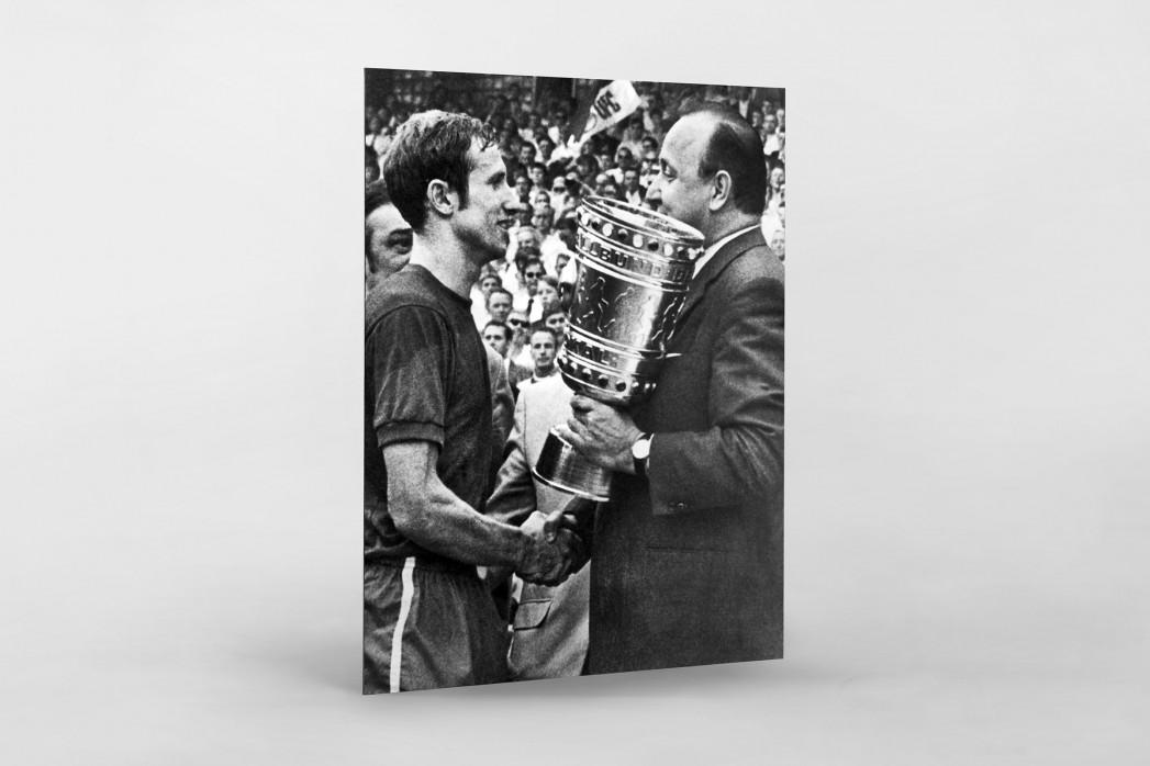 Schmitt und der Pokal als auf Alu-Dibond kaschierter Fotoabzug