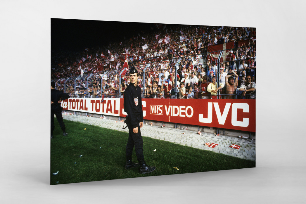 Polizist und dänische Fans als auf Alu-Dibond kaschierter Fotoabzug