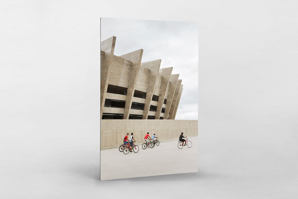 Radfahrer vor dem Estádio Mineirão als auf Alu-Dibond kaschierter Fotoabzug