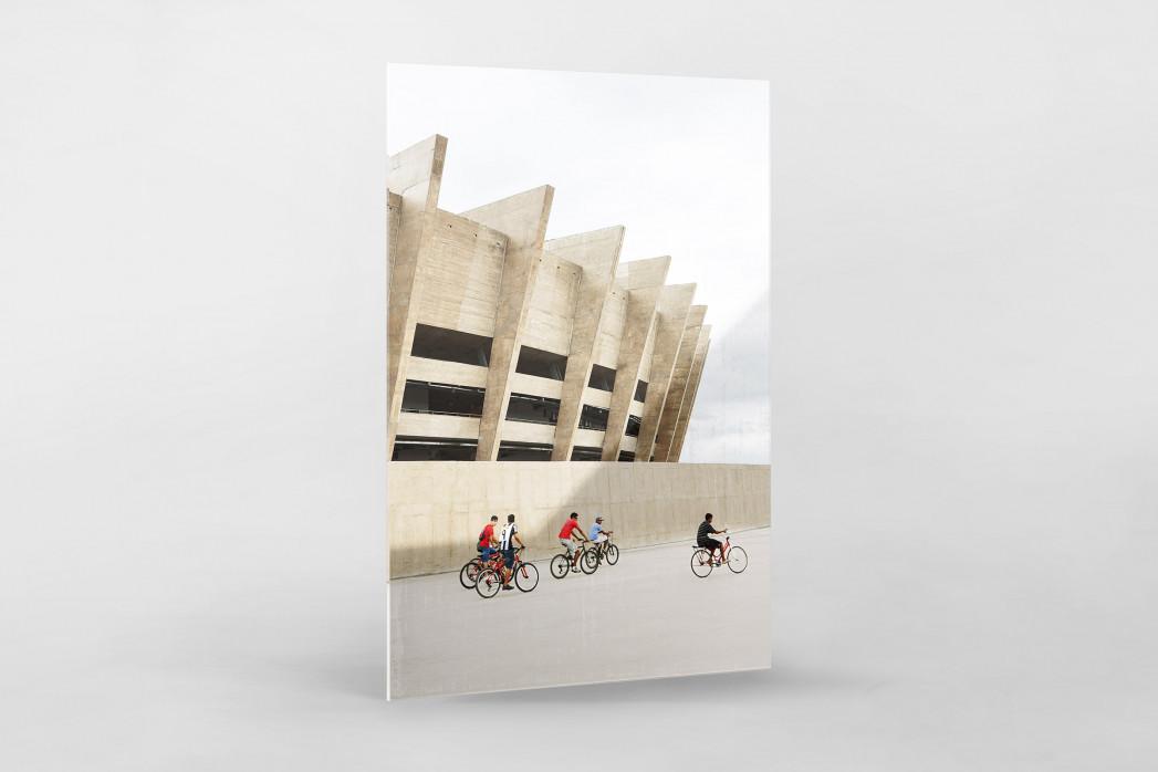 Radfahrer vor dem Estádio Mineirão als Direktdruck auf Alu-Dibond hinter Acrylglas