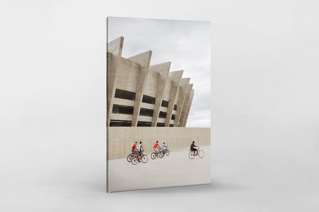 Radfahrer vor dem Estádio Mineirão als Leinwand auf Keilrahmen gezogen