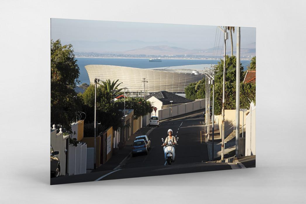 Straße und Mofa vor dem Cape Town Stadium als auf Alu-Dibond kaschierter Fotoabzug