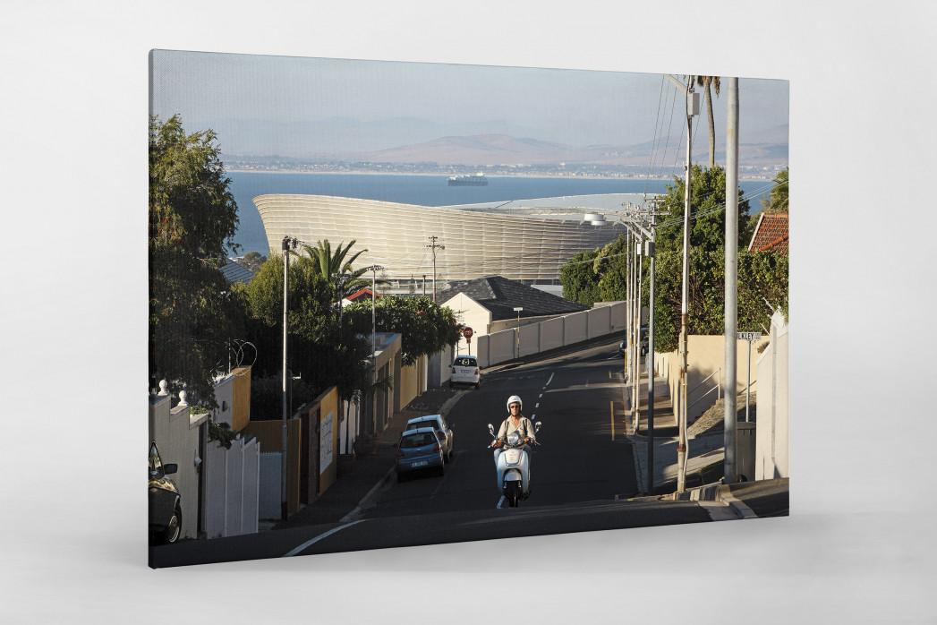 Straße und Mofa vor dem Cape Town Stadium als Leinwand auf Keilrahmen gezogen