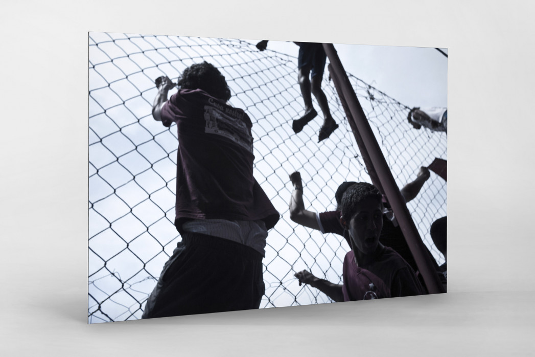 Auf dem Zaun des Estádio Rua Javari als auf Alu-Dibond kaschierter Fotoabzug