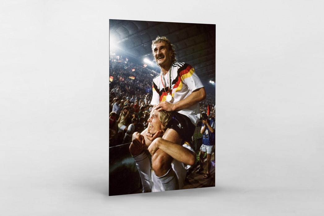 Klinsi trägt Rudi als auf Alu-Dibond kaschierter Fotoabzug