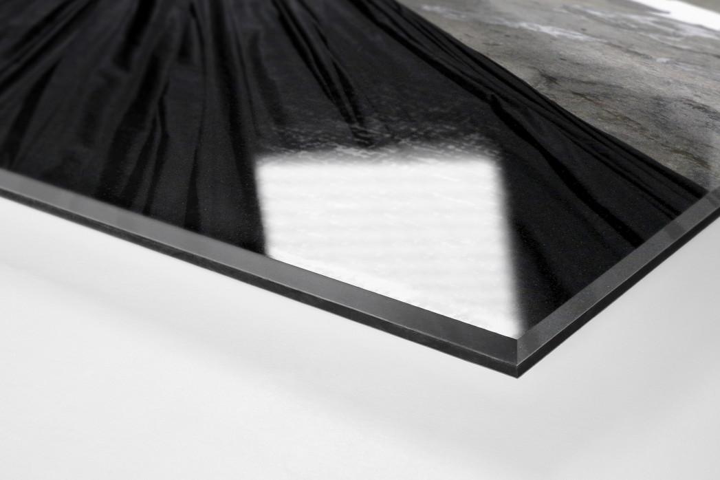 Preparing Banners For The Match als Direktdruck auf Alu-Dibond hinter Acrylglas (Detail)