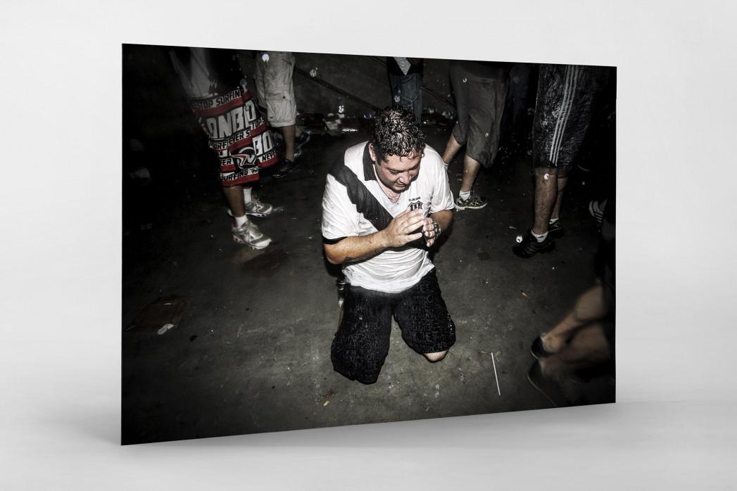 Ponte Preta Fan Praying And Crying als auf Alu-Dibond kaschierter Fotoabzug