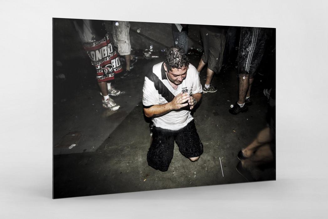 Ponte Preta Fan Praying And Crying als Direktdruck auf Alu-Dibond hinter Acrylglas