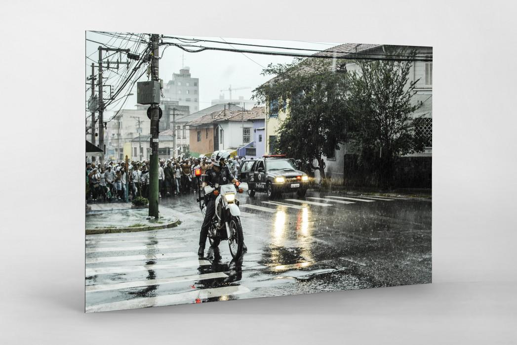 Palmeiras Fans Walking To The Stadium als auf Alu-Dibond kaschierter Fotoabzug
