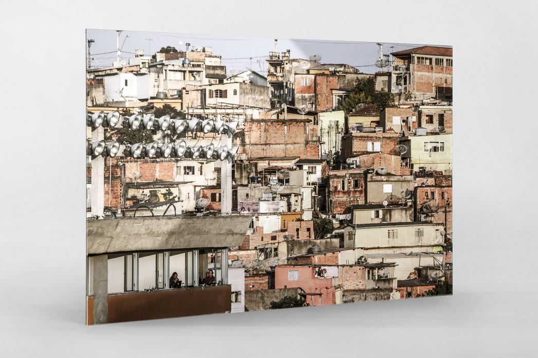 Favelas Around The Stadium als Direktdruck auf Alu-Dibond hinter Acrylglas