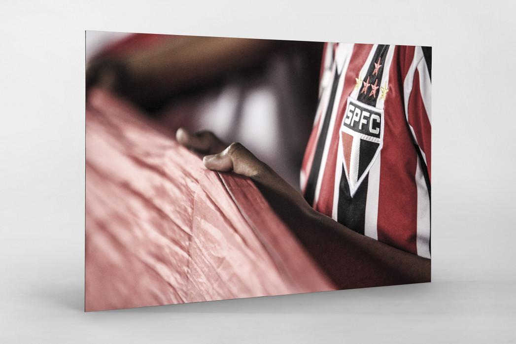 FC São Paulo Fan Holding His Flag als auf Alu-Dibond kaschierter Fotoabzug