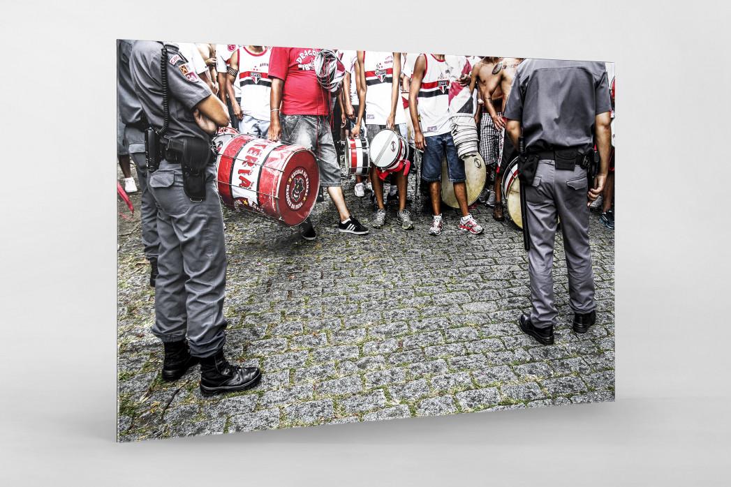 FC São Paulo Fans Waiting To Get In The Stadium als Direktdruck auf Alu-Dibond hinter Acrylglas