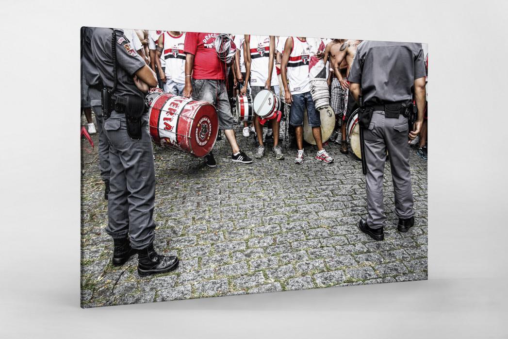 FC São Paulo Fans Waiting To Get In The Stadium als Leinwand auf Keilrahmen gezogen