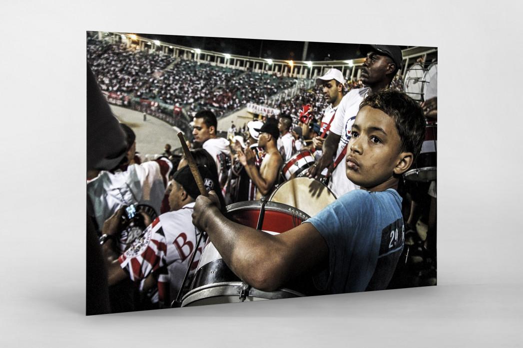 Young FC São Paulo Fan Playing Drums In The Stadium als auf Alu-Dibond kaschierter Fotoabzug