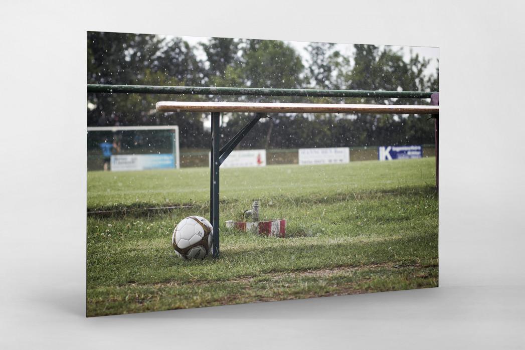 Ball neben Bank als auf Alu-Dibond kaschierter Fotoabzug