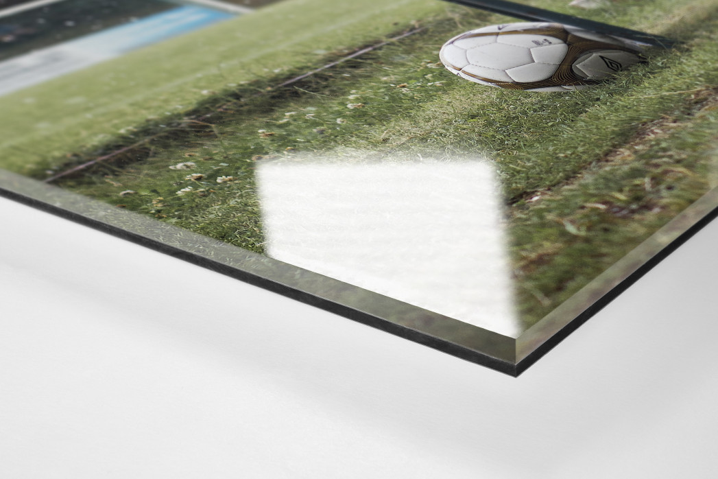 Ball neben Bank als Direktdruck auf Alu-Dibond hinter Acrylglas (Detail)