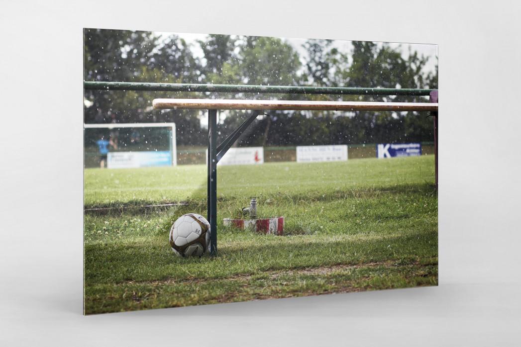 Ball neben Bank als Direktdruck auf Alu-Dibond hinter Acrylglas