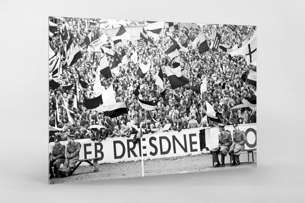 Fans und Volkspolizei als Direktdruck auf Alu-Dibond hinter Acrylglas