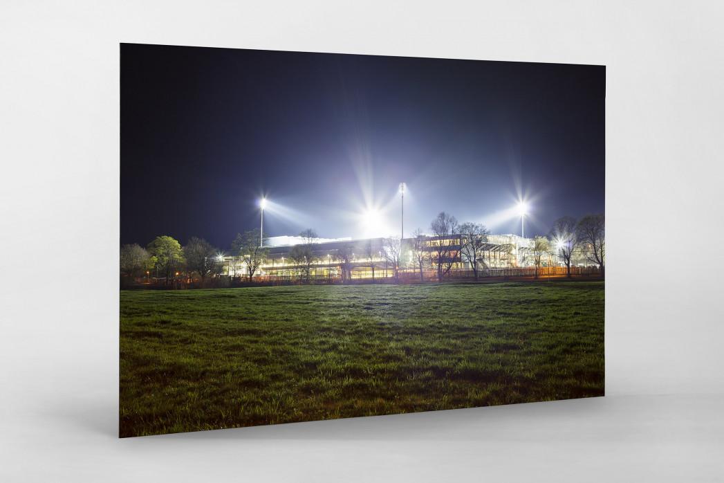 Schwarzwald-Stadion bei Flutlicht (Farbe) als auf Alu-Dibond kaschierter Fotoabzug