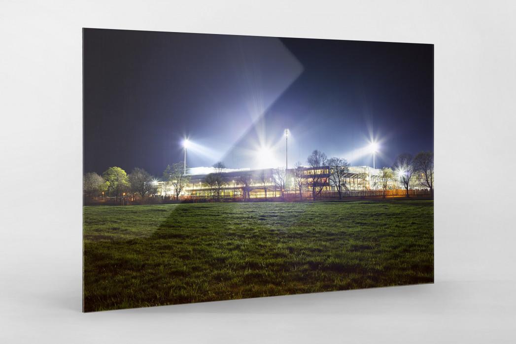 Schwarzwald-Stadion bei Flutlicht (Farbe) als Direktdruck auf Alu-Dibond hinter Acrylglas