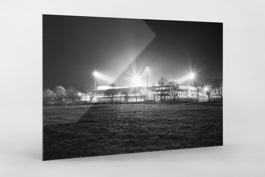 Schwarzwald-Stadion bei Flutlicht (s/w) als Direktdruck auf Alu-Dibond hinter Acrylglas
