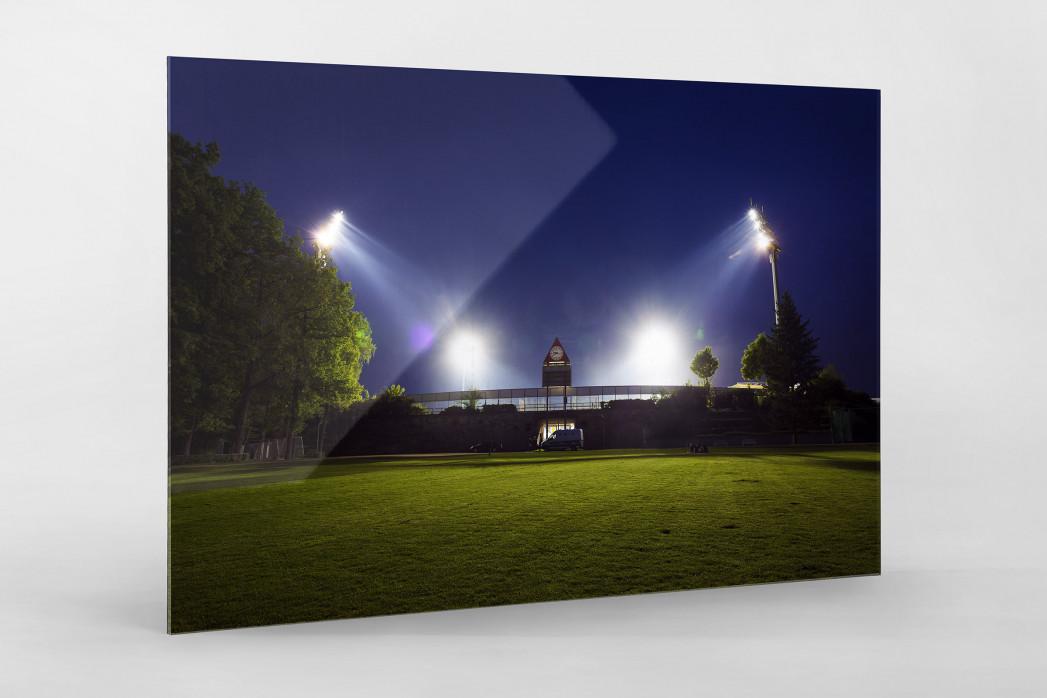 Stadion am Böllenfalltor bei Flutlicht (Farbe) als Direktdruck auf Alu-Dibond hinter Acrylglas