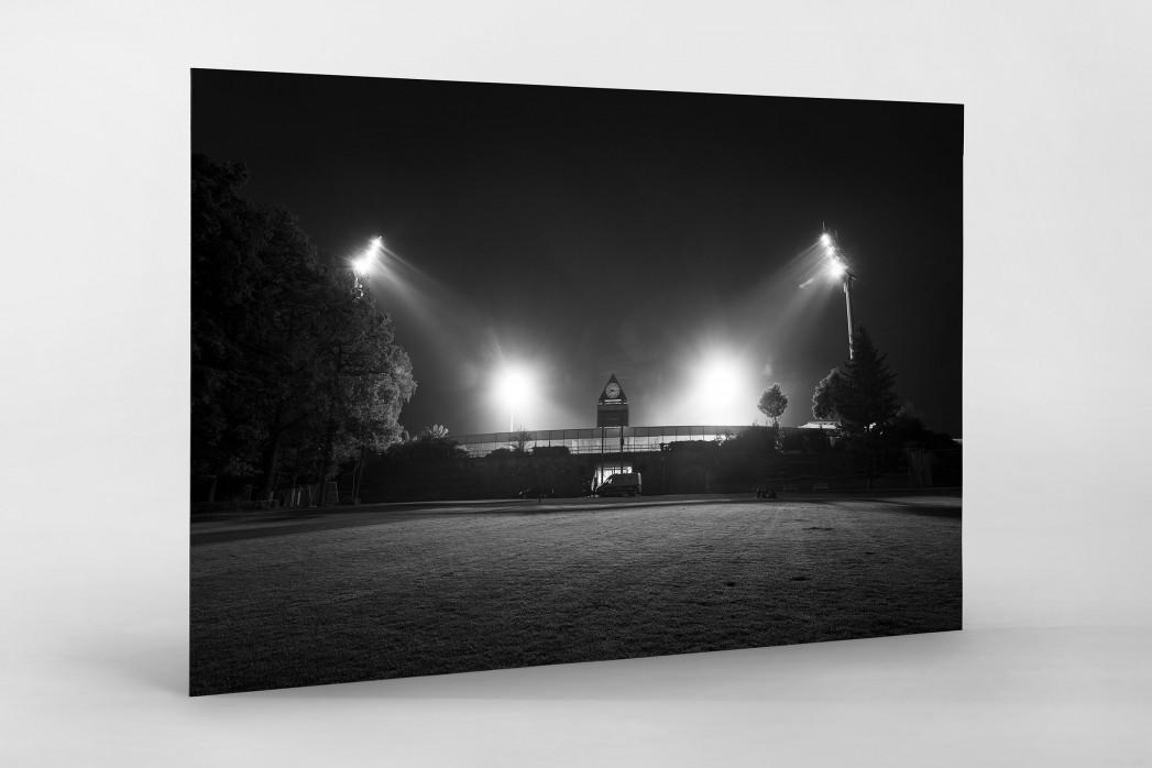 Stadion am Böllenfalltor bei Flutlicht (s/w) als auf Alu-Dibond kaschierter Fotoabzug