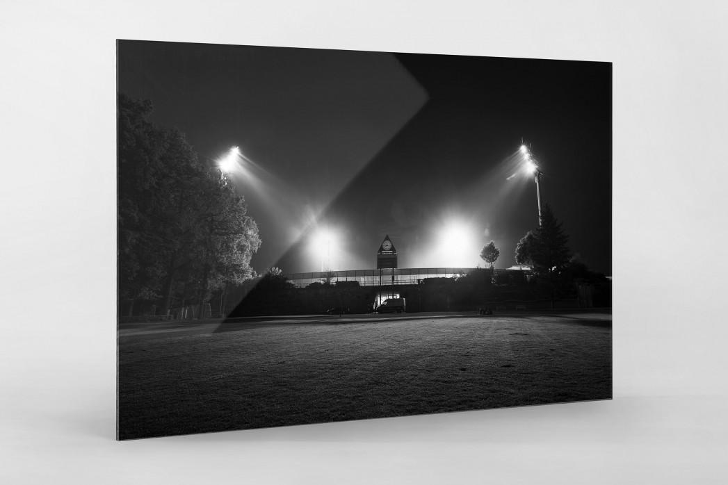 Stadion am Böllenfalltor bei Flutlicht (s/w) als Direktdruck auf Alu-Dibond hinter Acrylglas