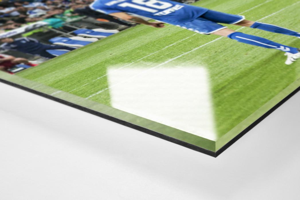 HSV Freistoß ins Glück (Farbe) als Direktdruck auf Alu-Dibond hinter Acrylglas (Detail)