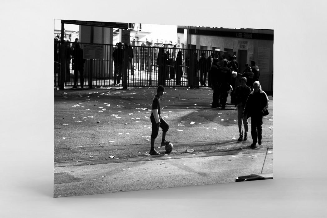 Junge an der Hafenstraße als auf Alu-Dibond kaschierter Fotoabzug