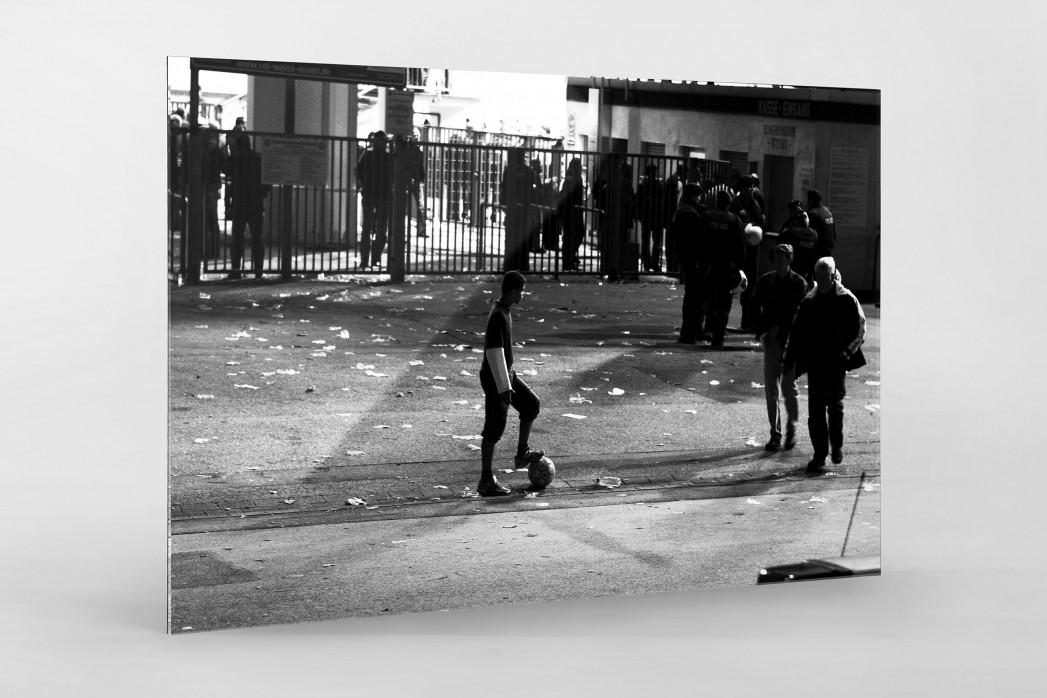Junge an der Hafenstraße als Direktdruck auf Alu-Dibond hinter Acrylglas