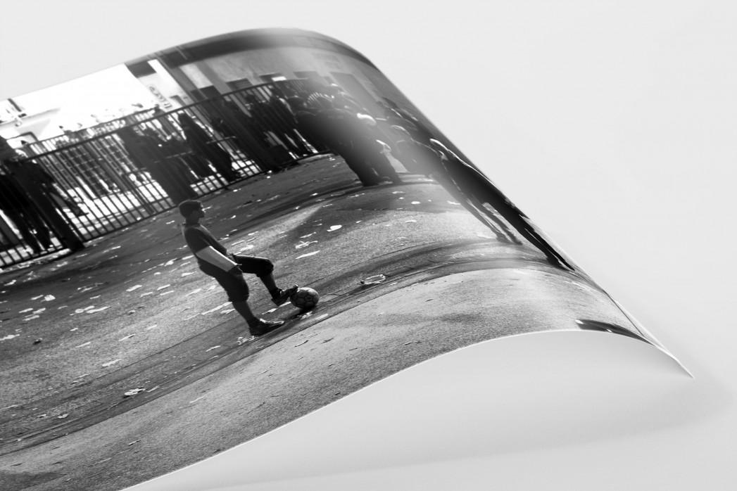 Junge an der Hafenstraße als FineArt-Print