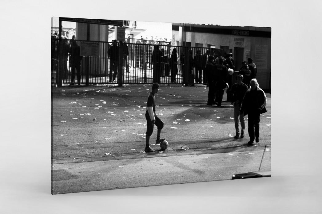 Junge an der Hafenstraße als Leinwand auf Keilrahmen gezogen