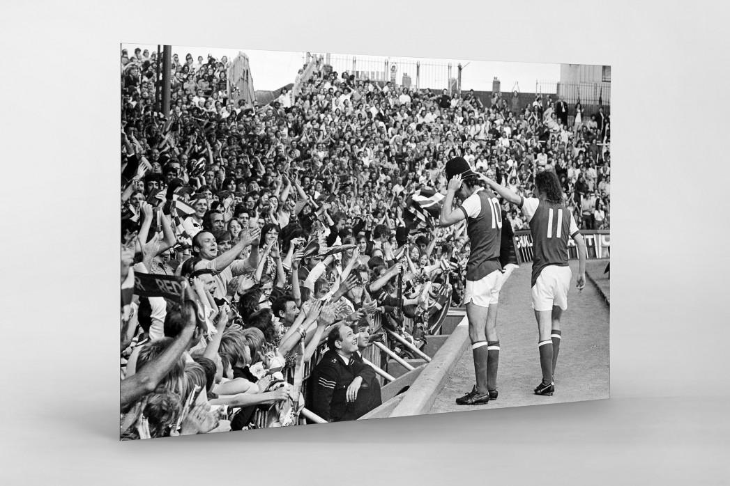 Mit Bobby-Helm im Highbury als auf Alu-Dibond kaschierter Fotoabzug