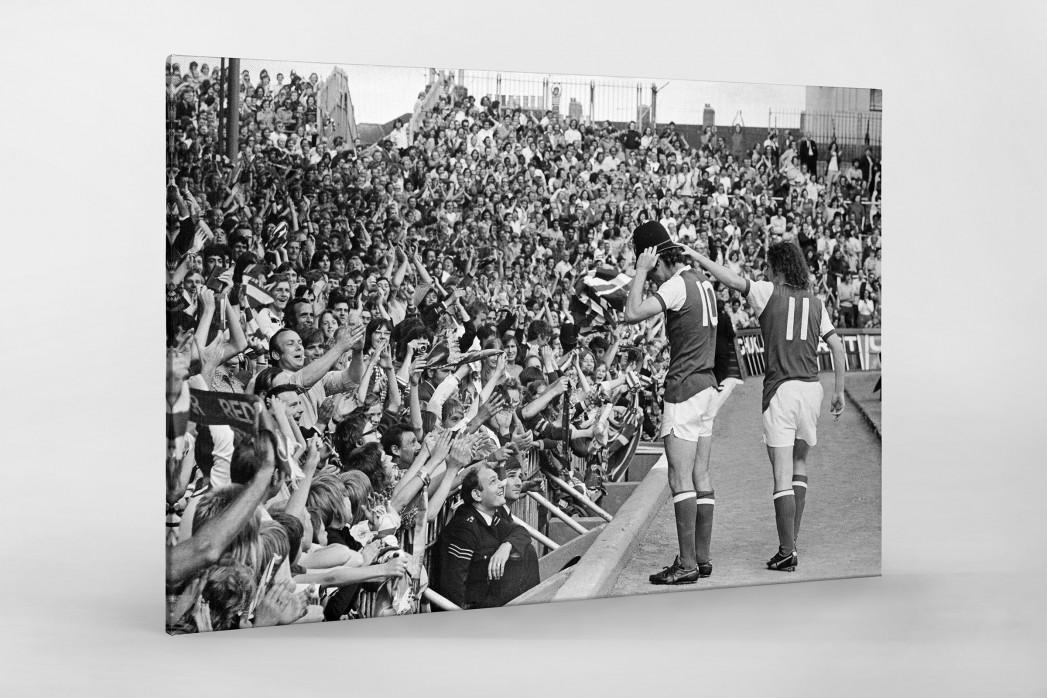 Mit Bobby-Helm im Highbury als Leinwand auf Keilrahmen gezogen