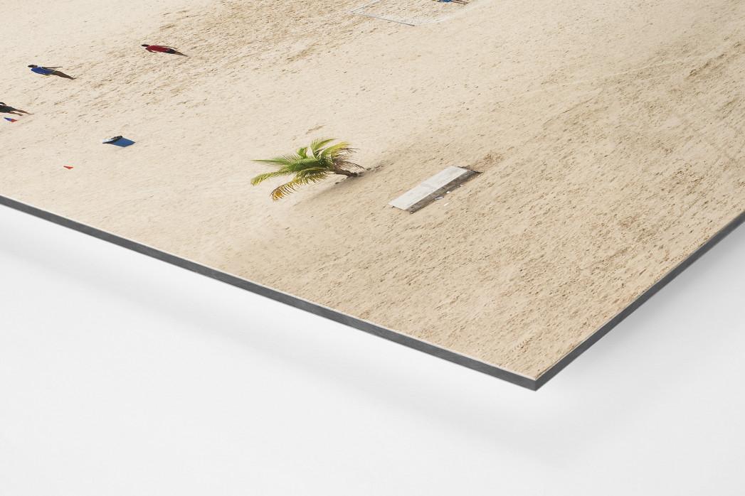Kicken im Sand von Manaus als auf Alu-Dibond kaschierter Fotoabzug (Detail)