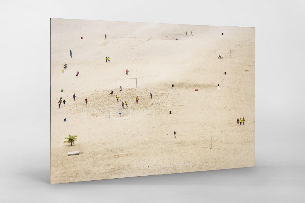 Kicken im Sand von Manaus als auf Alu-Dibond kaschierter Fotoabzug