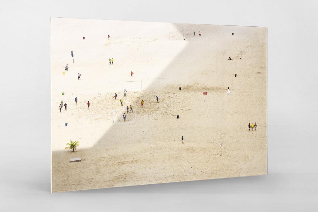 Kicken im Sand von Manaus als Direktdruck auf Alu-Dibond hinter Acrylglas