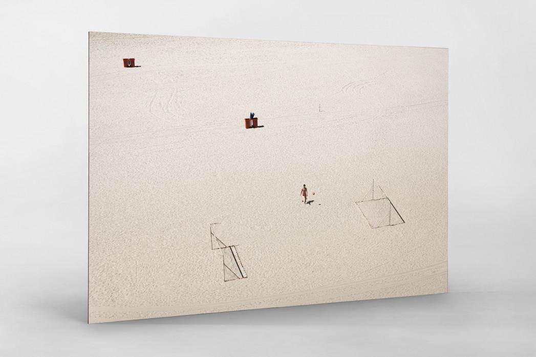 Kicken im Sand von Rio als auf Alu-Dibond kaschierter Fotoabzug