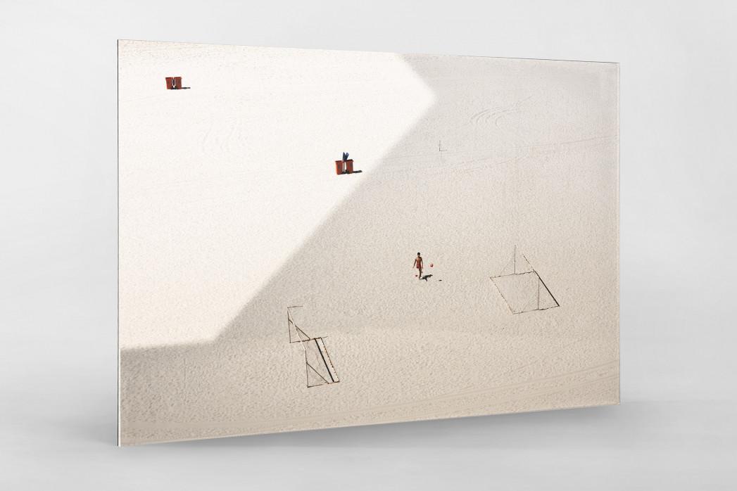 Kicken im Sand von Rio als Direktdruck auf Alu-Dibond hinter Acrylglas