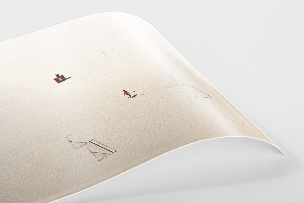 Kicken im Sand von Rio als FineArt-Print