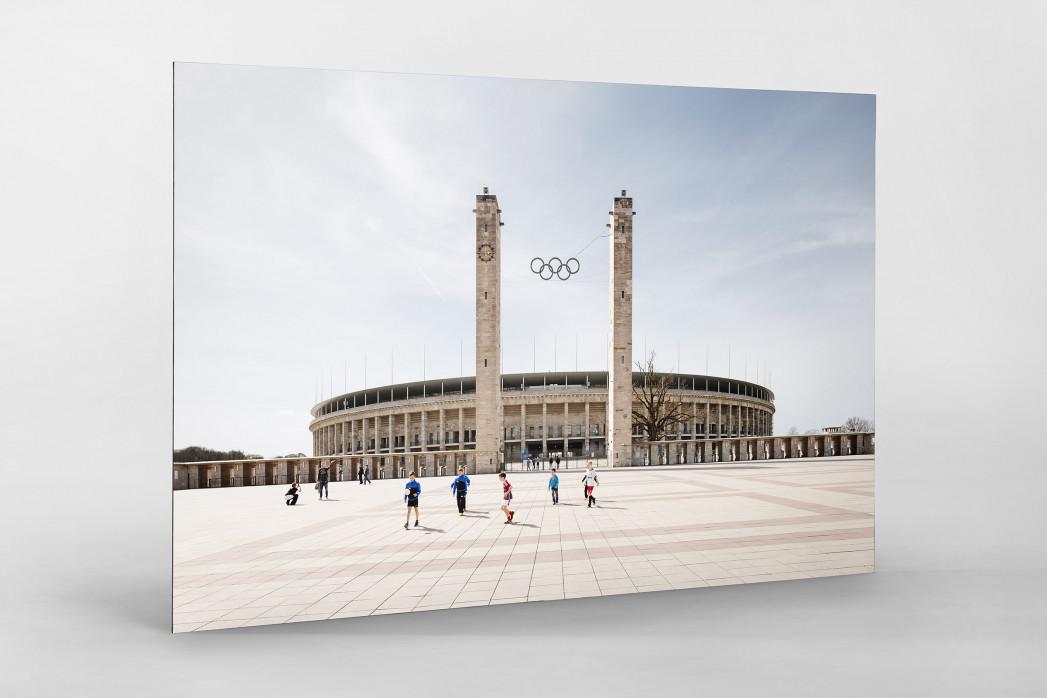 Kicken vor dem Olympiastadion als auf Alu-Dibond kaschierter Fotoabzug