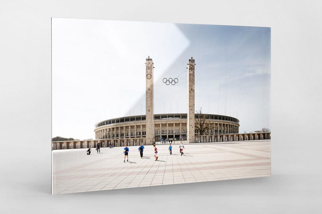 Kicken vor dem Olympiastadion als Direktdruck auf Alu-Dibond hinter Acrylglas