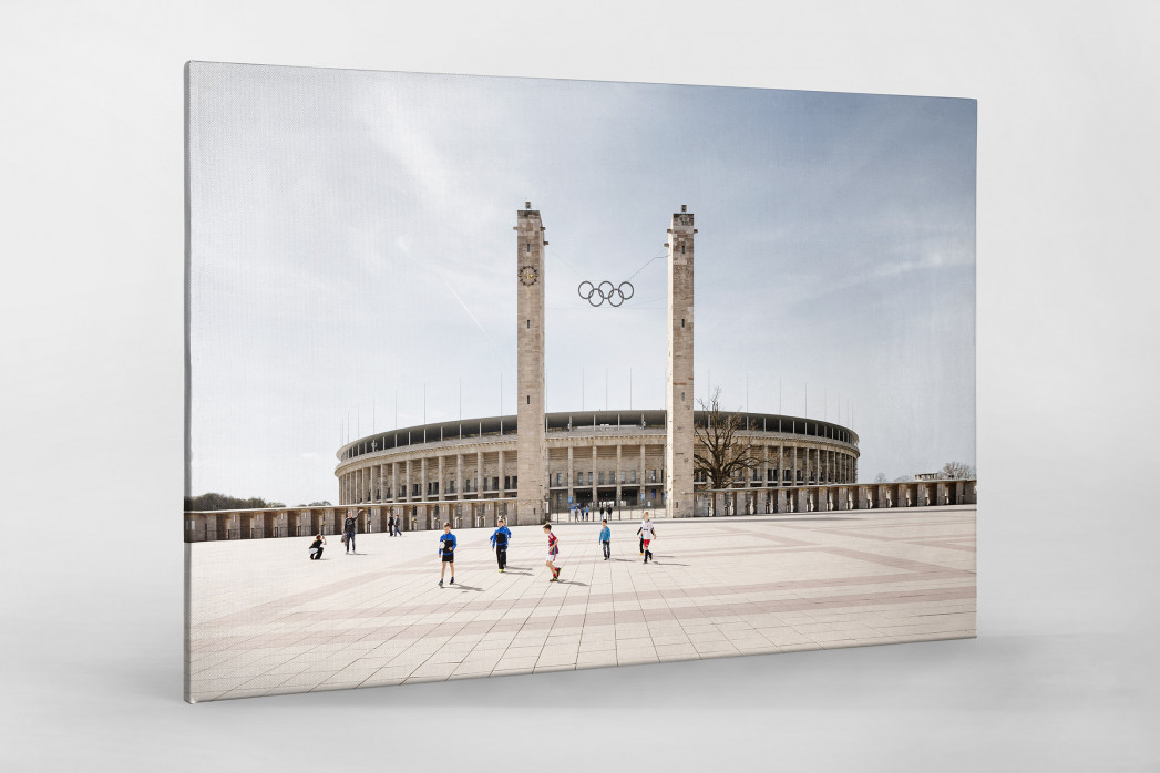 Kicken vor dem Olympiastadion als Leinwand auf Keilrahmen gezogen