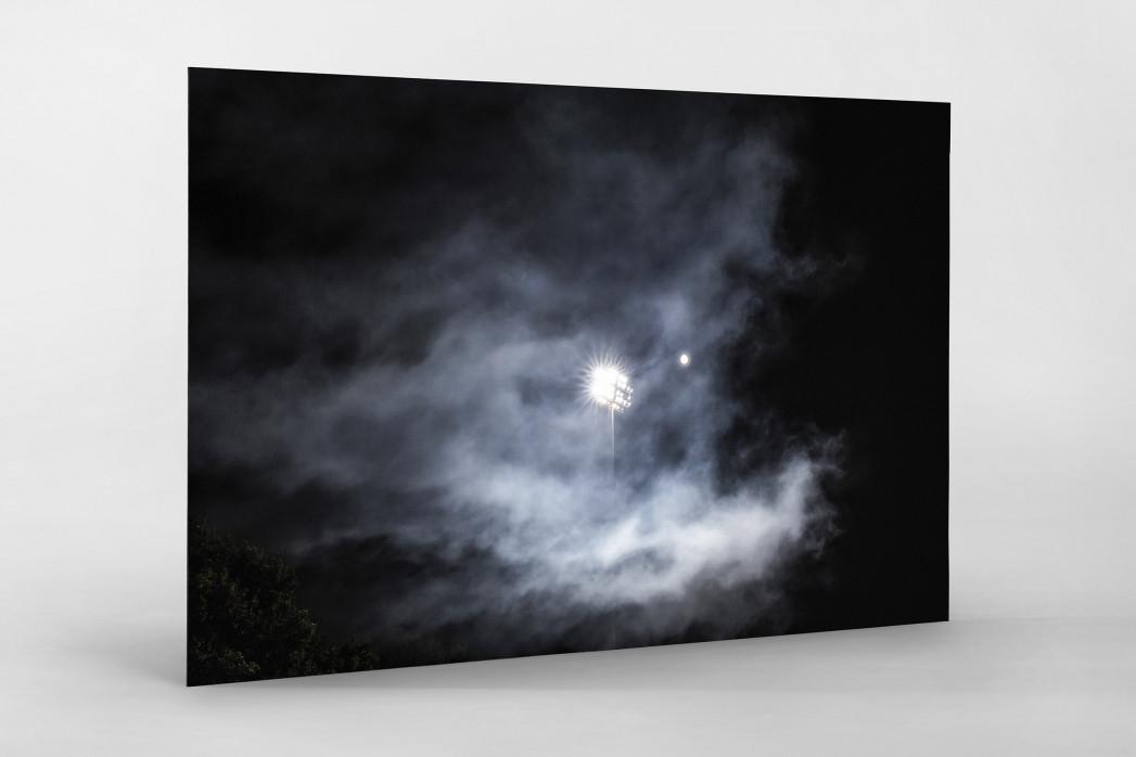 Mond, Flutlicht und Rauch als auf Alu-Dibond kaschierter Fotoabzug