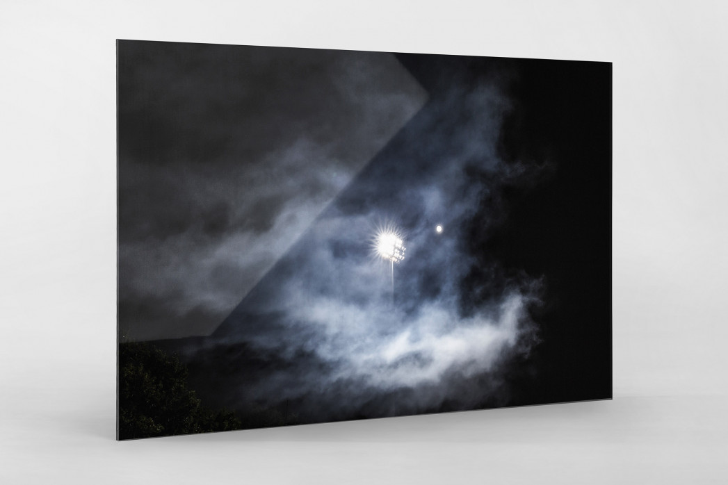 Mond, Flutlicht und Rauch als Direktdruck auf Alu-Dibond hinter Acrylglas
